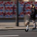 V Franciji prepovedali električne skiroje na pločnikih