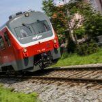 Pri osnovni šoli vlak do smrti povozil človeka