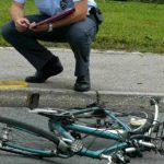 V Ljubljani je kolesar klepetal po telefonu in se zaletel…