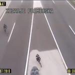 VIDEO - Migranta kar s kolesi po avtocesti