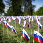 V Tivoliju zastavice za umrle, v Ljubljani rast okužb